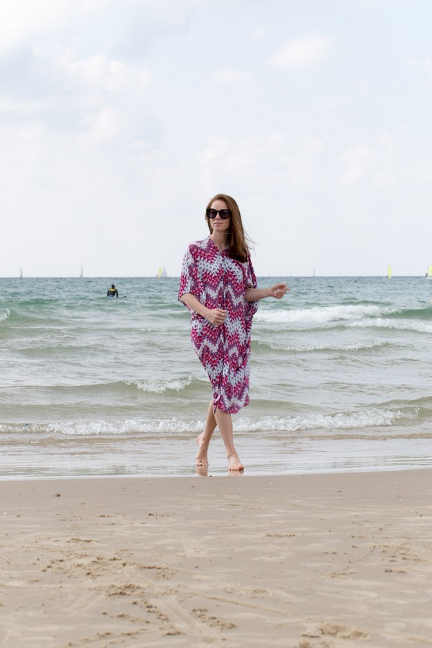 Pink Kaftan on beach_00013