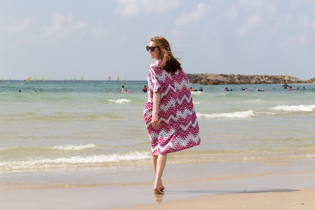 Pink Kaftan on beach_00018